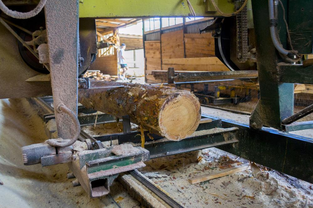 how to use a portable sawmill